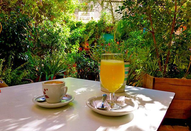 liadisimo terraza café y zumo de naranja