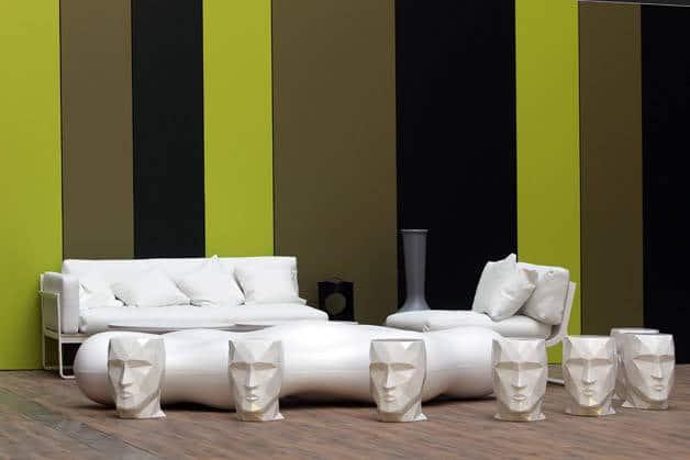 Room Mate estatuas y pared verde y negra