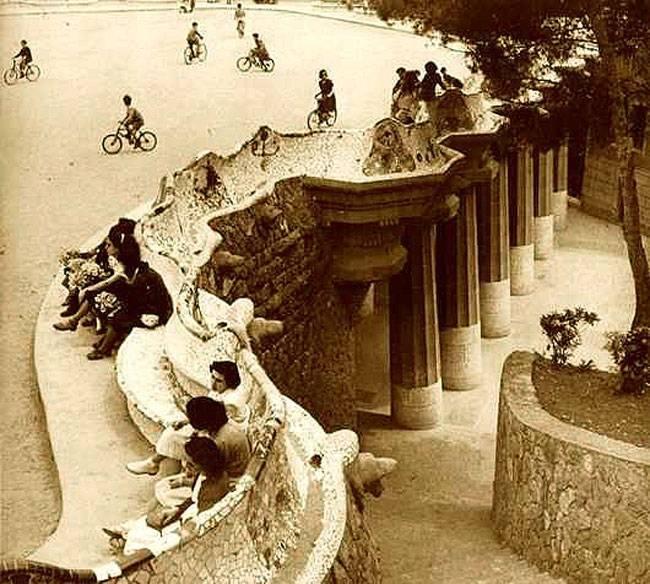 Parc Güell historia y secretos banco en blanco y negro