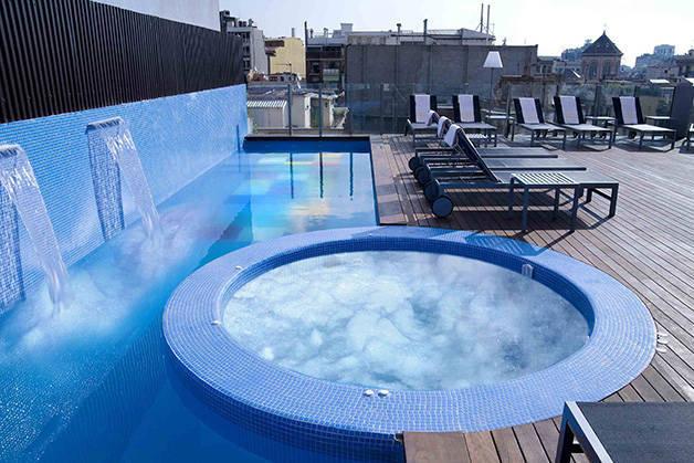 hotel axel terraza y piscina