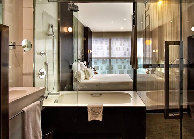 The Gates Diagonal Barcelona habitación y cuarto de baño