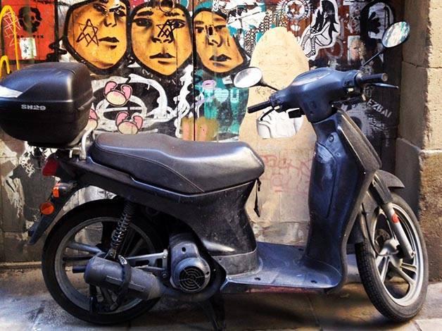 street art barcelona moto