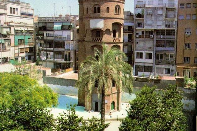 Piscinas descubiertas en Barcelona, torre aigues