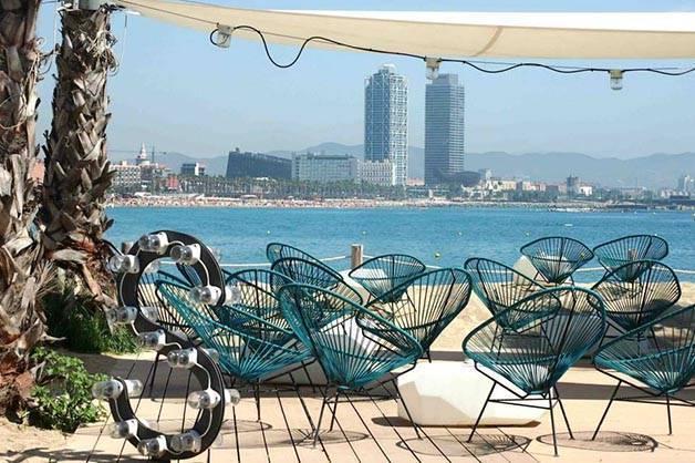 Terraza de bar en playa de Barcelona