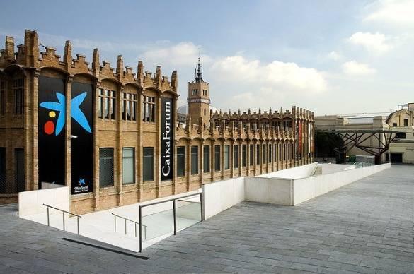 caixaforum esplanada y edificio, Barcelona con lluvia