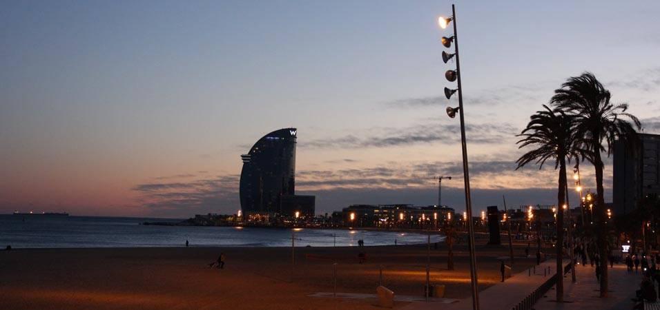 puesta del sol a la orilla del mar Barcelona
