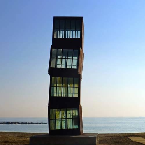 escultura a la orilla del mar en la playa de Barcelona