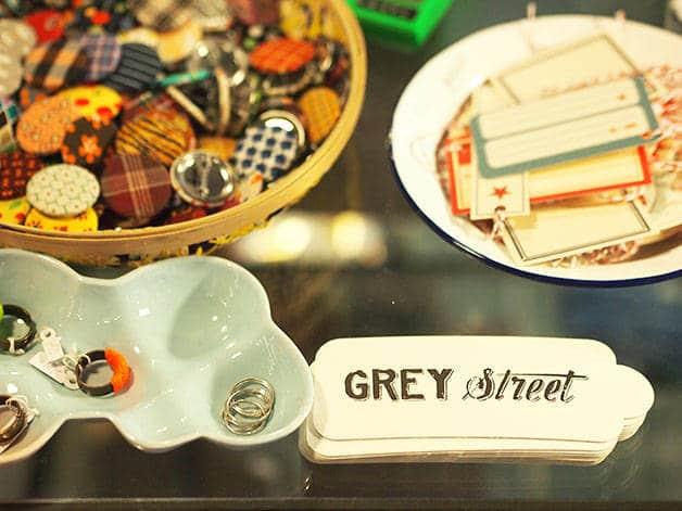 grey street detalles (anillos y etiquetas)