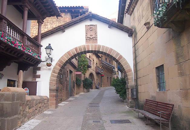 poble espanyol rue du village avec porche