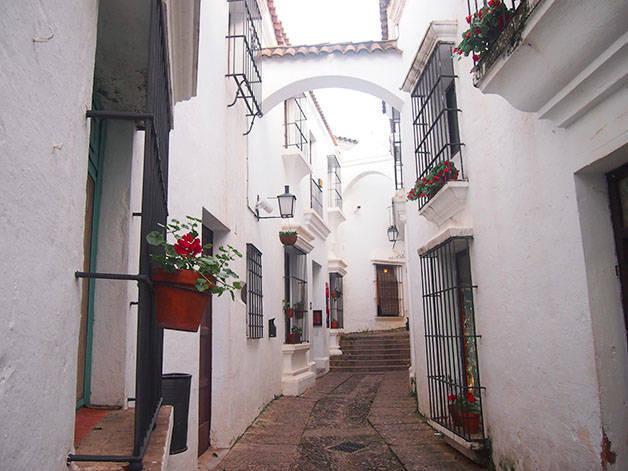 poble espanyol rue aux façades blanches