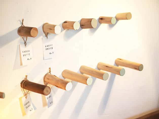 la variété: colgadores de madera de color claro