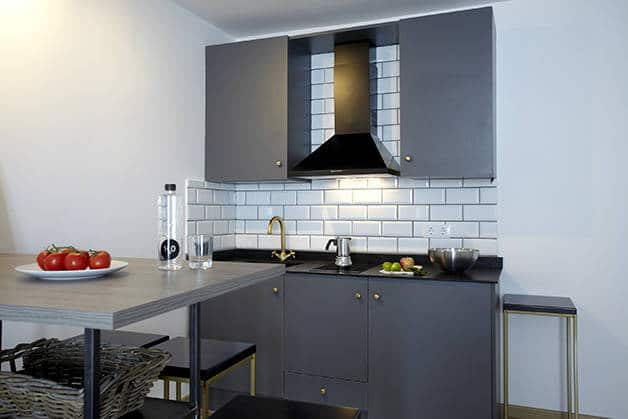 the streets apartments cocina