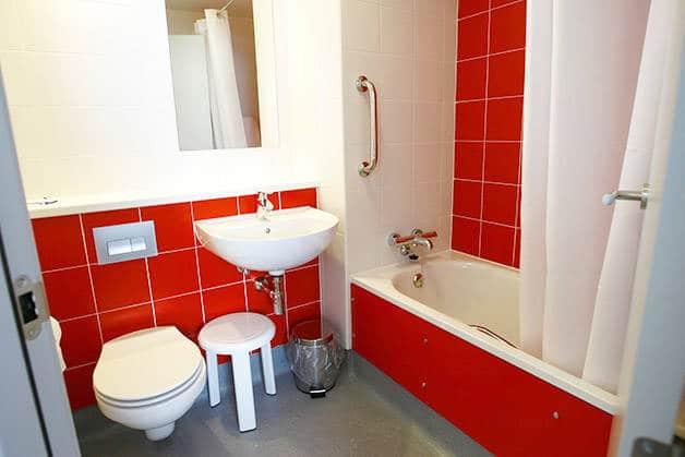 travelodge poblenou cuarto de baño