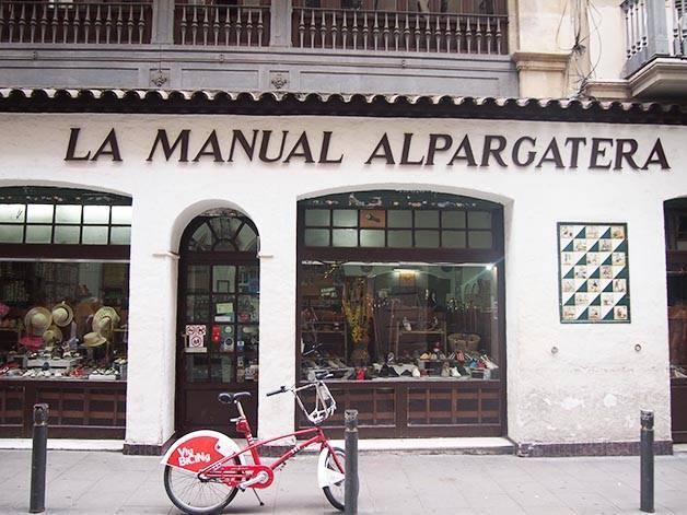 la manual alpargatera: fachada de una tienda de alpargatas
