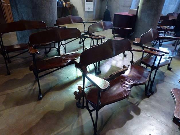 colònia güell cripta bancos
