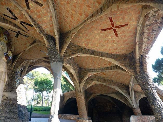 cripta-colònia-güell-pilares