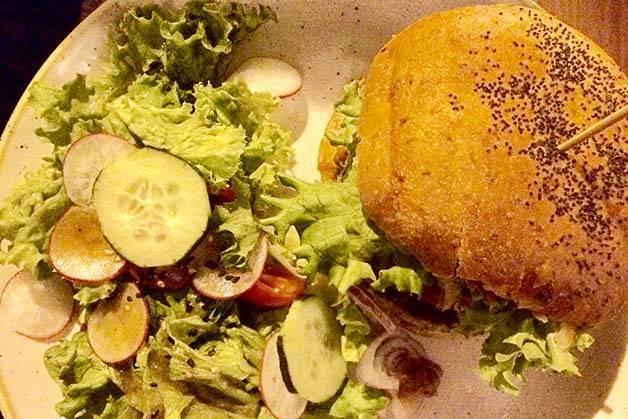 Menssana hamburguesa y ensalada