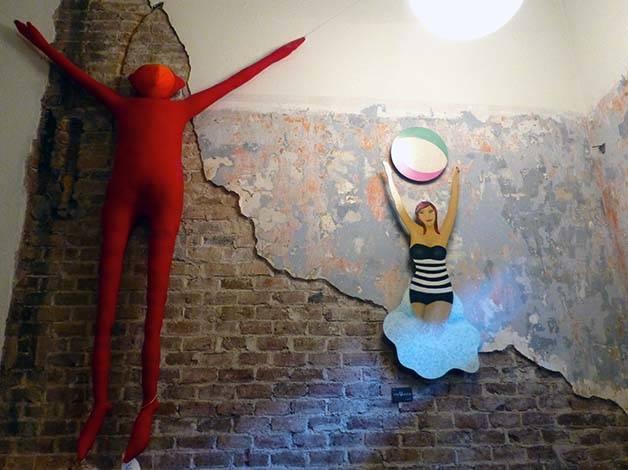 el 58 silueta roja suspendida en la pared