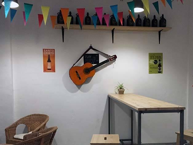 the-growler fondo del bar guitarra en la pared