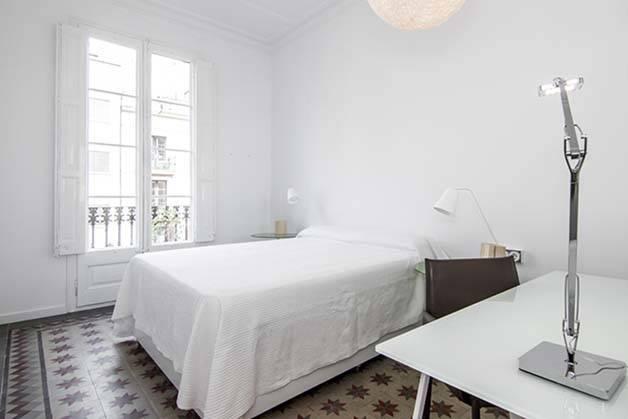 alojamiento para estudiantes habitación blanca y luminosa