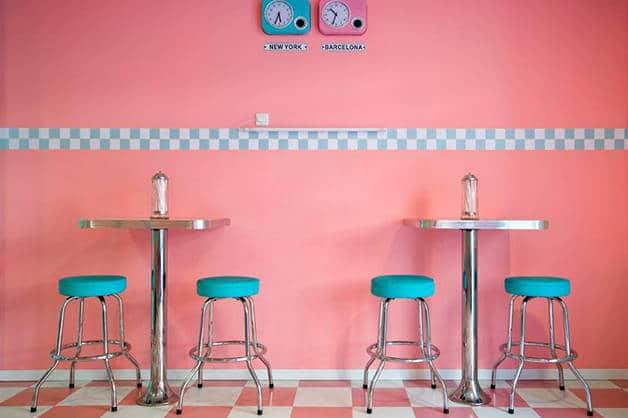 Peggy Sue muro rosa y taburetes