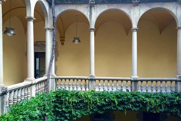 barrio gótico de barcelona: patio y columnas