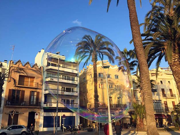 sitges y una palmera en una burbuja de jabón