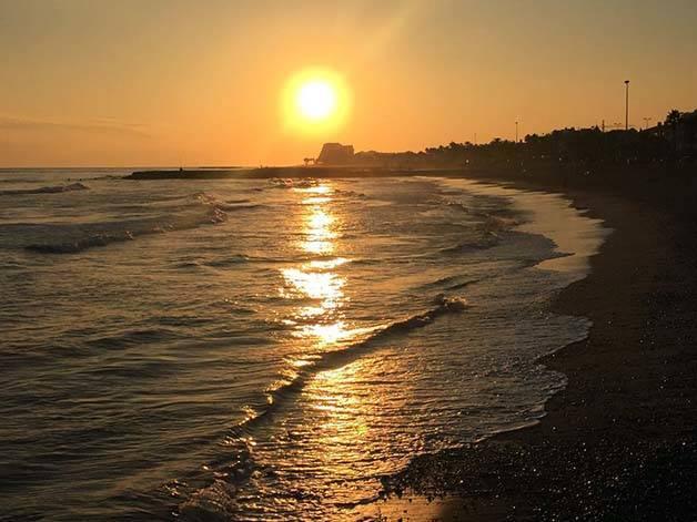 sitges puesta de sol en el mar