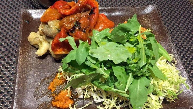 ensalada escalivada (pimientos, berenjena, rúcula)