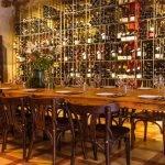 vinoteca Brutal: mesa y muro de botellas de vino