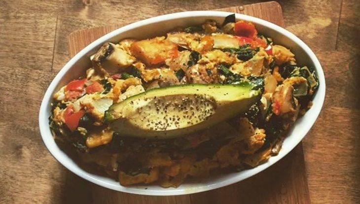 Brunch Avenue, plato de verduras con aguacate