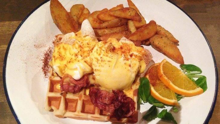 Brunch Avenue, huevos Benedict con gofre