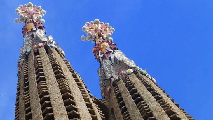 torres y pináculos de la sagrada familia