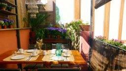 terraza y mesa desayuno del hostal Poblenou