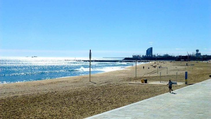playa de Bogatell cerca del hostal Poblenou