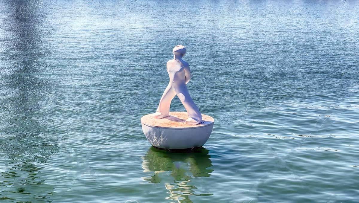 escultura flotante cerca del Maremagnum