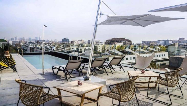 piscina y terraza del hotel Ibis style de barcelona